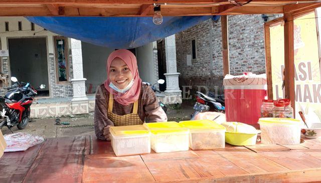 USAI JUALAN: Ika di angkringan tempat dia menjajakan nasi lemak di dekat Jembatan Wijaya Kusuma.
