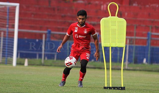 PEMAIN BARU : Agil Munawar saat berlatih di Stadion Brawijaya, Kamis (29/4). Dia kini resmi berseragam Persik Kediri.