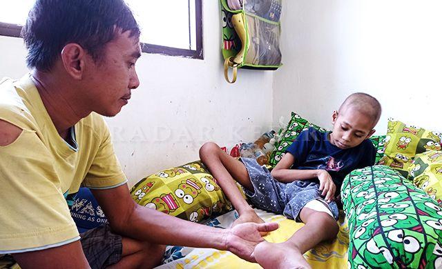 MENUNGGU: Hendri Sasongko menunggui anaknya, Elang, berbaring di kamarnya Sabtu (24/4).