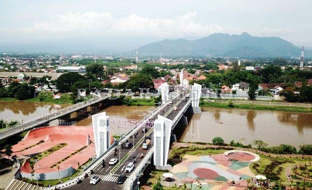 Jembatan Brawijaya dengan latar belakang Gunung Klotok