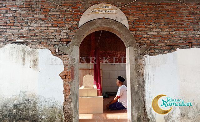 LELUHUR: Panji Subagiyo berada di makam Syech Zaenal Karim pendiri Kampung Kauman Bandarkidul.
