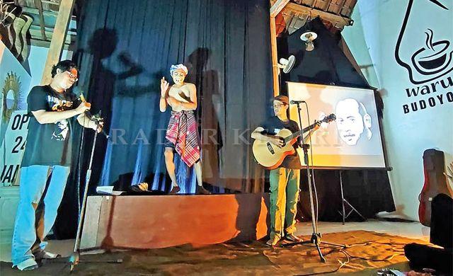 SIMBOL: Pertunjukan pembacaan puisi dan topeng karakter di Warung Budoyo Jawi, Kelurahan Banaran Minggu malam (2/5) untuk merayakan hari kebebasan pers sedunia.