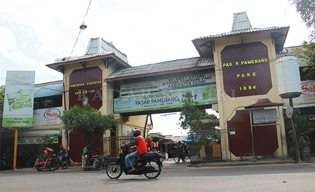 BERGANTI: Pasar Pamenang Pare yang dulu, konon, merupakan alun-alun.