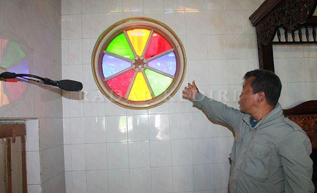 LAMA: Imron menunjuk ornamen kaca di Masjid At-Taqwa.
