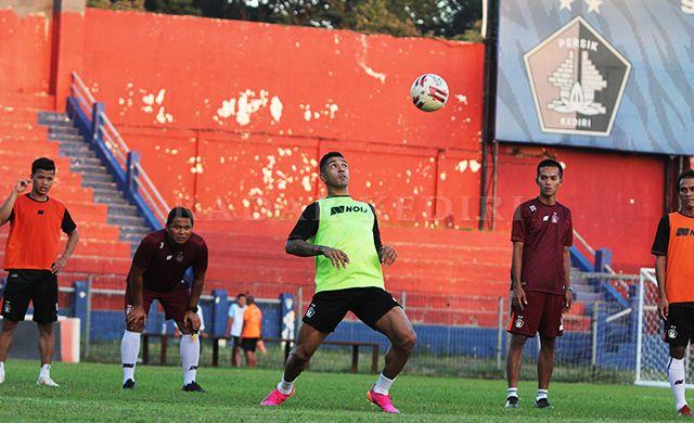 PENIKMAT KOPI : Dionatan Machado mengikuti latihan perdana bersama Persik Kediri di Stadion Brawijaya, Senin lalu (5/7).