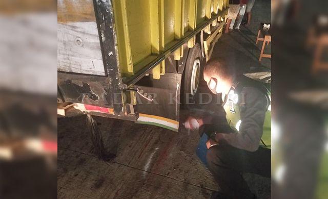 CEK KOLONG : Petugas Polsek Plemahan memeriksa kondisi truk yang terlibat kecelakaan Sabtu (17/7) malam.