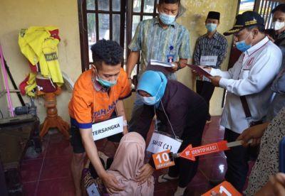 REKA ULANG: Ainun Nofi Hafiful Huda saat menjalani rekonstruksi di halaman Mapolres Kediri, Kelurahan/Kecamatan Pare beberapa waktu lalu.