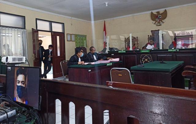 TERDAKWA: Risna Mukti mendengarkan tuntutan yang dibacakan jaksa melalui layar monitor dalam persidangan di PN Kabupaten Kediri kemarin.