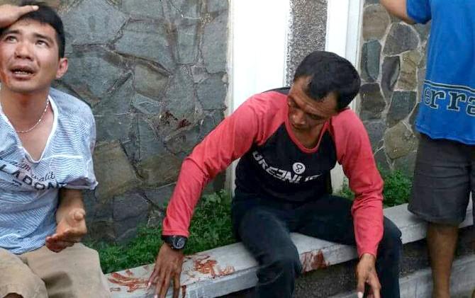 BERDARAH: Kedua pelaku usai dihajar masa di Jalan Kyai Telingsing kemarin.