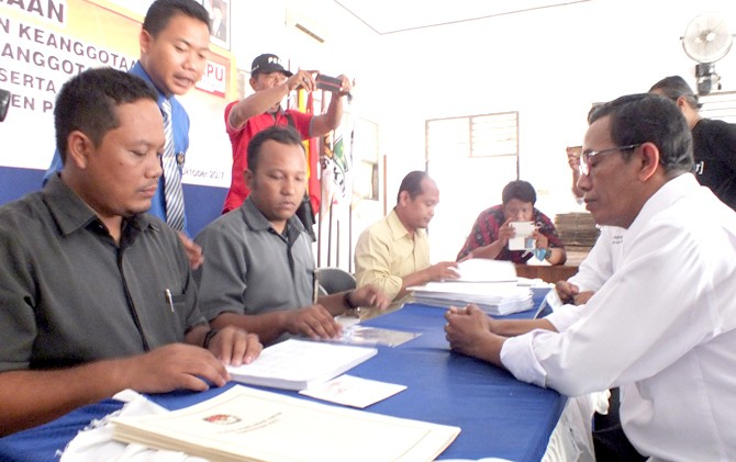 MENERIMA PENDAFTARAN: KPU Pati meneliti berkas pendaftaran belum lama ini.