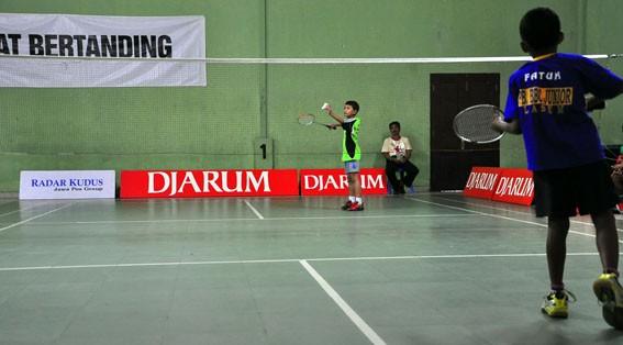 BAKAL MERIAH: Atlet bulu tangkis belia sedang bertanding di lapangan GOR Natural Mondoteko, Rembang.