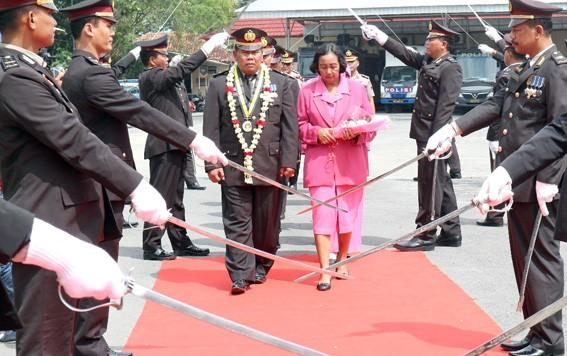 PURNATUGAS: Purnawirawan anggota Polres Grobogan mendapatkan penghormatan dengan upacara pedang pora di halaman mapolres kemarin.