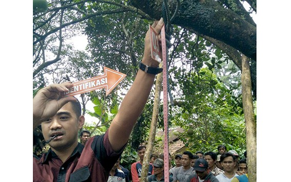 MURNI GANTUNG DIRI: Petugas Mapolsek Tlogowungu melakukan olah TKP warga Tlogowungu yang gantung diri kemarin.