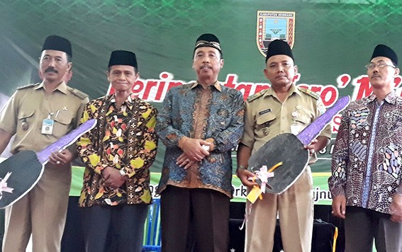 SIMBOLIS: Bupati Rembang Abdul Hafidz (tengah) didampingi Ketua Baznas Rembang Abdul Wahid Hasby (dua dari kiri) menyerahkan kunci simbolis mobil ambulans pada Camat Kaliori dan Lasem.