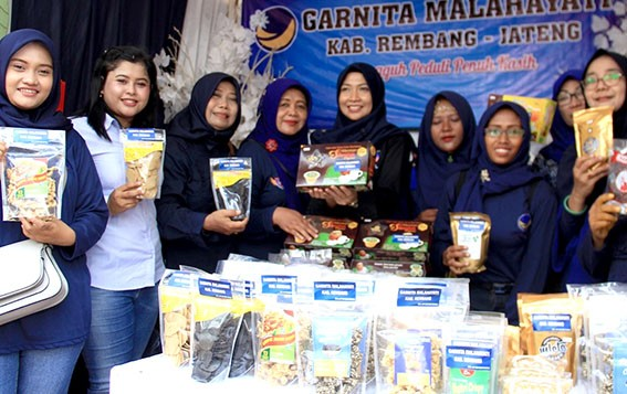 BAKSOS: Pembina Garnita Malahayati Partai Nasdem Rembang Vivit Dinarini menjadi  penggerak baksos donor darah dan festival kuliner Rembang menyambut Hari Kartini.