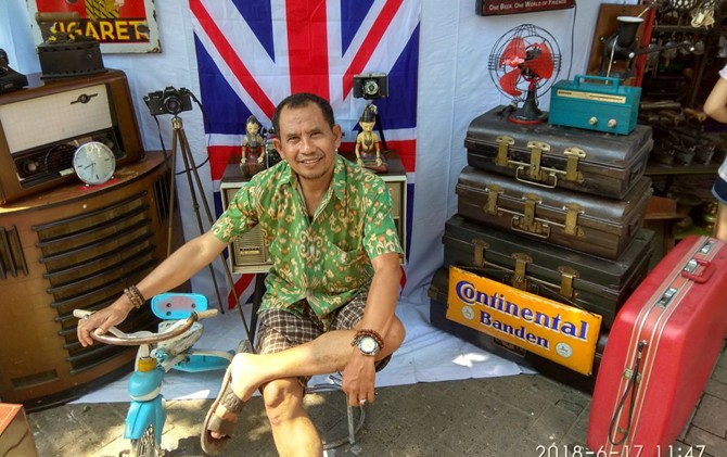NYENTRIK: Direktur Jawa Pos Radar Kudus Baehaqi foto di pasar seni Padang Rani, kompleks Kota Lama Semarang kemarin.