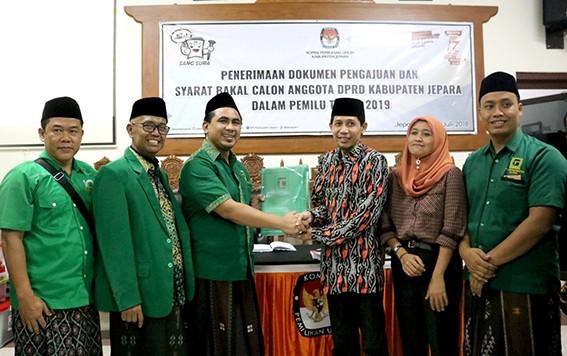 ANTAR: Ketua DPC PPP Jepara yang juga Wakil Gubernur Jawa Tengah terpilih Gus Yasin mengantar berkas bacaleg DPRD Jepara ke KPU Jepara Selasa (17/7) malam.