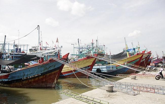 WASPADA: Sejumlah kapal nelayan sedang sandar di Sungai Juwana baru-baru ini.