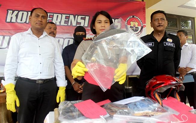 MASIH DITAHAN: Kapolres Pati menunjukkan barang bukti dan menanyai tersangka pembunuhan di depan SMPN 1 Gabus di kantor Satreskim Polres Pati kemarin.