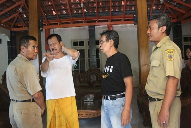 TEGAR: Ayah Panky, Bambang (kaus putih), warga Kelurahan Kalidoro, Pati, di rumahnya kemarin.