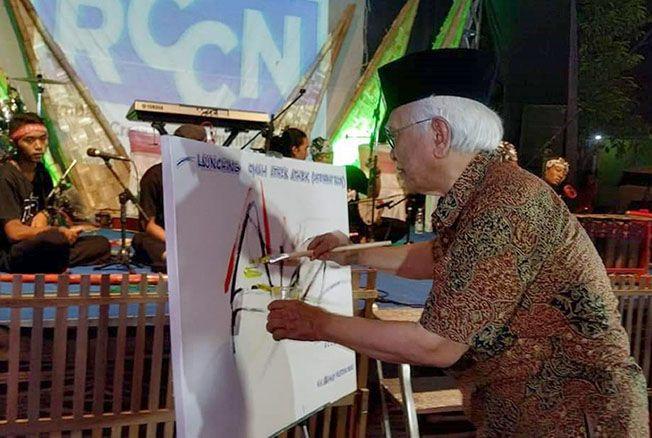 DILAUNCHING: Gus Mus saat menandatangani peluncuran omah athek-athek pada Jumat (23/11) malam lalu.