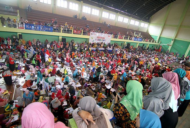 MERIAH: Peserta mewarnai memadati GOR Bung Karno Wergu Wetan, Kota, Kudus, kemarin. Sementara para ibu menyemangati dari atas tribun.