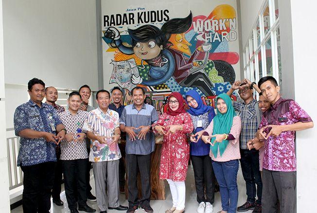 LAMBANG HATI: Direktur Radar Kudus Baehaqi beserta jajarannya foto bersama Kabag Humas Pemkab Rembang Kukuh Purwasana dan jajarannya di Radar Kudus Building kemarin.
