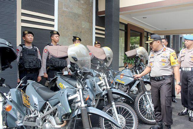 DISIAGAKAN: Kapolres Pati AKBP Jon Wesly Arianto (dua dari kanan) mengecek kesiapan anggota dan kendaraan menjelang pelaksanaan pilkades serentak kemarin.
