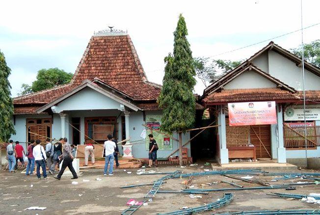 DIBUKA: Segel kantor Desa Tegalharjo, Kecamatan Trangkil, Pati, dibuka oleh aparat dan warga Minggu (16/12) sore.