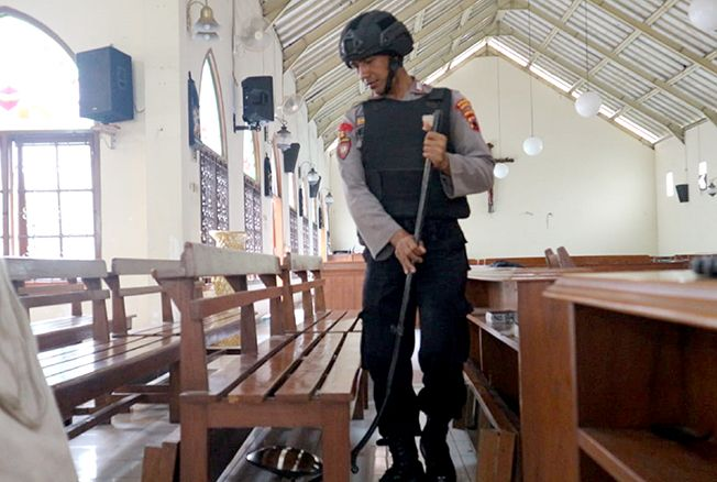 PERIKSA: Personel Polres Grobogan memeriksa kursi di salah satu gereja di Grobogan kemarin.