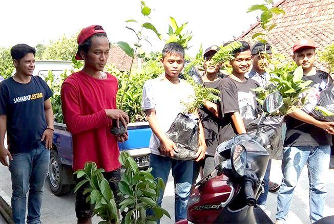 GRATIS:Sahabat Lestari bagikan ribuan bibit buah kepada warga Kabupaten Demak kemarin.Kegiatan serupa akan dilaksanakan di Jepara dan Kudus.