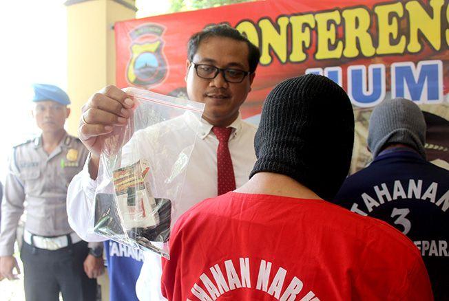 RINGKUS: Kasatnarkoba Polres Jepara AKP Hendro Asriyanto menunjukkan barang bukti narkoba jenis sabu di Mapolres Jepara belum lama ini.