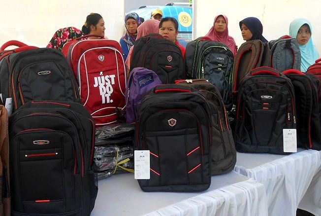 PAMERAN: Pelaku UKM mengikuti pameran produk berupa tas sekolah yang tujuan untuk meningkatkan promosi baru-baru ini.