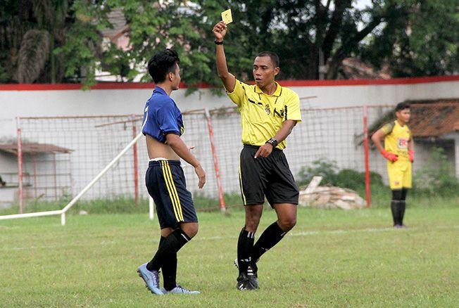 PIMPIN LAGA: Imam Handoko saat sedang memimpin pertandingan Divisi I U-23 Bupati Cup 2018 di Stadion Wergu Wetan, Kudus beberapa waktu lalu.