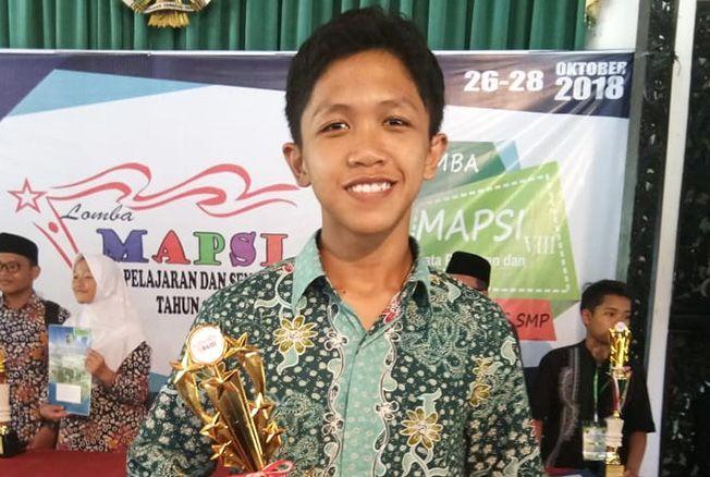 RAIH JUARA: Muhammad Rizal Zaky mendapatkan juara III kaligrafi pelajar tingkat Provinsi Jawa Tengah beberapa waktu lalu.