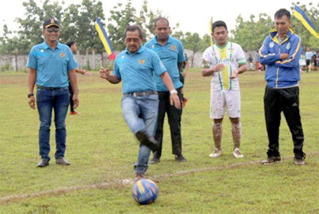 RESMI DIBUKA: Bupati Blora Djoko Nugroho menendang bola di Lapangan Kridaloka, Kecamatan Jepon sebagai pertanda Bupati Cup 2019 dimulai.