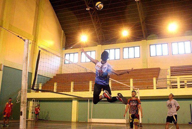 SMASH: Atlet voli Diklat PBVSI Kudus berlatih teknik smash di GOR Bung Karno.