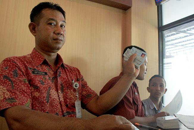 SIAP CETAK: Seorang petugas menunjukkan pencetakan e-KTP yang dapat diambil langsung pemohon di kantor Dindukcapil Rembang, kemarin.