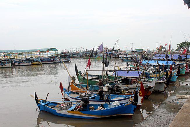 PARKIR DADAKAN: Ratusan kapal nelayan Jepara ditambatkan di Pelabuhan Kartini Jepara agar terhindar dari gelombang tinggi karena muara Kali Wiso sudah penuh.