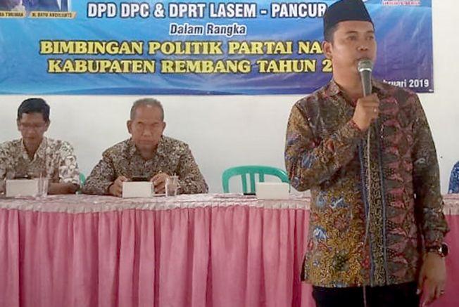 KONSOLIDASI: Bayu Andriyanto, Ketua DPD Partai Nasdem Rembang memberikan paparan dalam bimbingan politik di KPRI Pancur, Minggu (10/2).