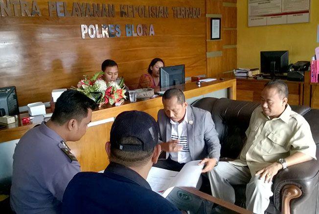 ADUKAN: Ketua DPC Gerindra Kabupaten Blora Yulianto atau Bostong (baju krem) mengadukan mantan istrinya DB ke Polres Blora kemarin