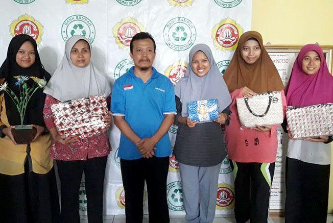 BERNILAI EKONOMIS: Anggota Pena Muda memamerkan kerajinan daur ulang sampah karya Bank Sampah Tanjung Seto.
