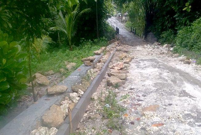 BELUM KELAR: Jalan yang dikerjakan dari dana Bankeu 2018 yang masih dalam pengerjaan kemarin.