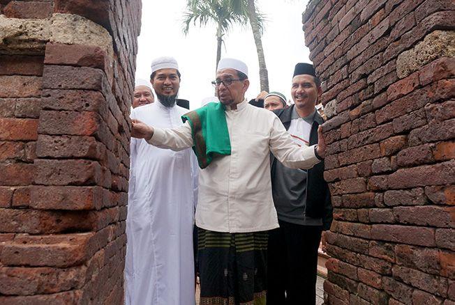 KUNJUNGI MAKAM WALI: Habib Salim Segaf Al Jufri mengamati arsitektur gapura di Makam Sunan Kudus kemarin.