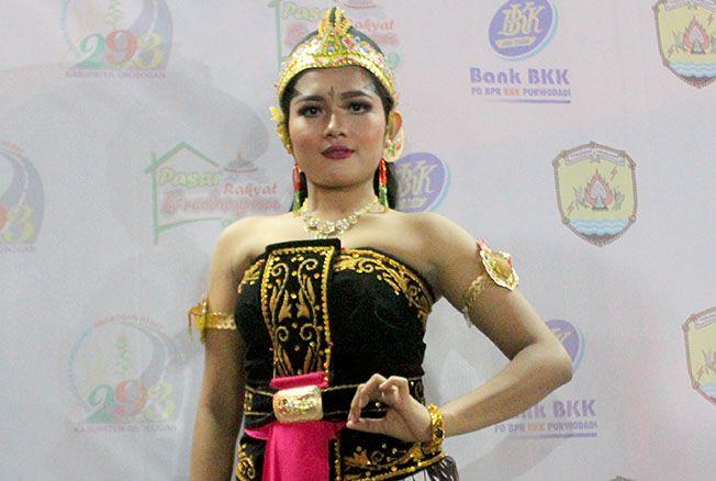 MENAHAN LETIH: Yhagie Hartians Indonesia berpose seusai pementasan di Alun-alun Purwodadi Sabtu (9/3).