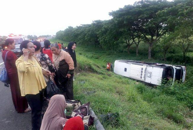LAKA TUNGGAL: Kondisi bus Putra Pelita Jaya terguling di Jalan Tol KM 222.700 A Desa Kalimeang, Kecamatan Karangsambung, Cirebon, kemarin.