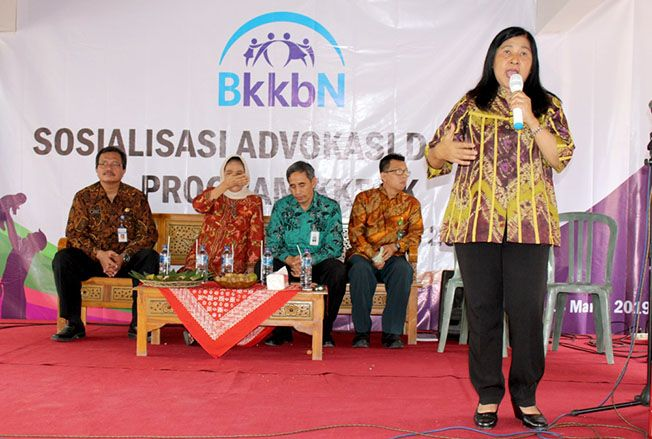 KB AKTIF: Anggota komisi IX DPR RI Soemarjati Arjoso (berkerudung) lakukan sosialisasi dan advokasi KIE program KKBPK di Desa Warukaranganyar, Kecamatan Purwodadi.