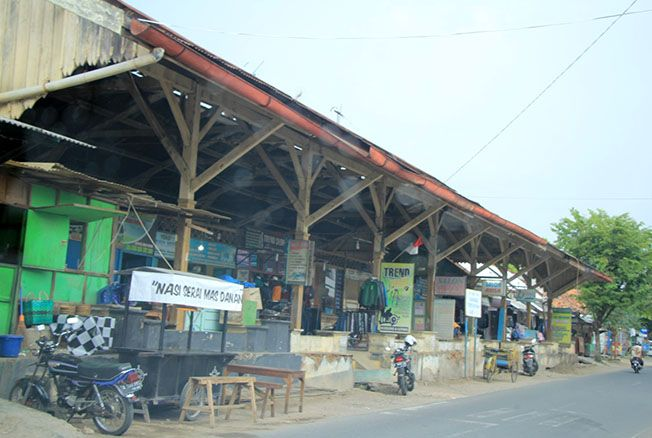 MASUKAN: Seorang pengendara sepeda motor melintas di eks stasiun Rembang Sabtu (16/3) kemarin. Pengaktifan jalur itu masuk dalam RPJMD perubahan 2016-2021.