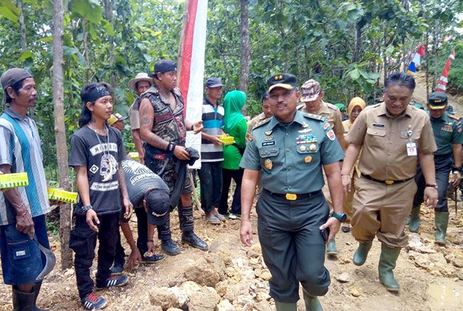 TURUN LANGGSUNG: Aspers Kasad Mayjen TNI Heri Wiranto beserta rombongan mengecek lokasi TMMD Reguler Kodim Blora kemarin.