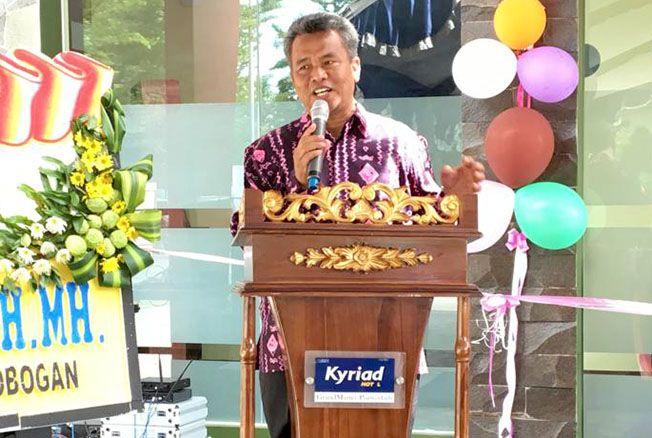 """INOVATIF: Owner Grand Master Hotel Purwodadi Agus Siswanto meresmikan """"Danau Bernyanyi"""" yang jadi fasilitas terbaru di hotel bintang tiga itu."""
